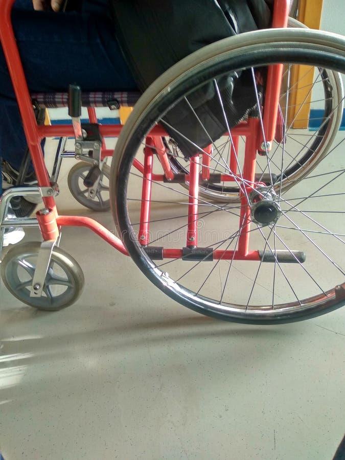 Silla de ruedas para el mayor o enfermo fotografía de archivo