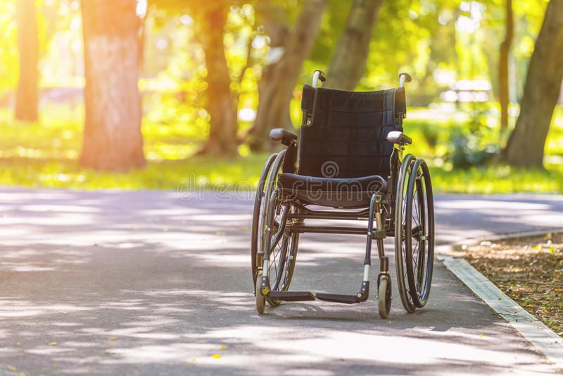 Silla de ruedas vacía en parque en la estación de verano fotografía de archivo libre de regalías