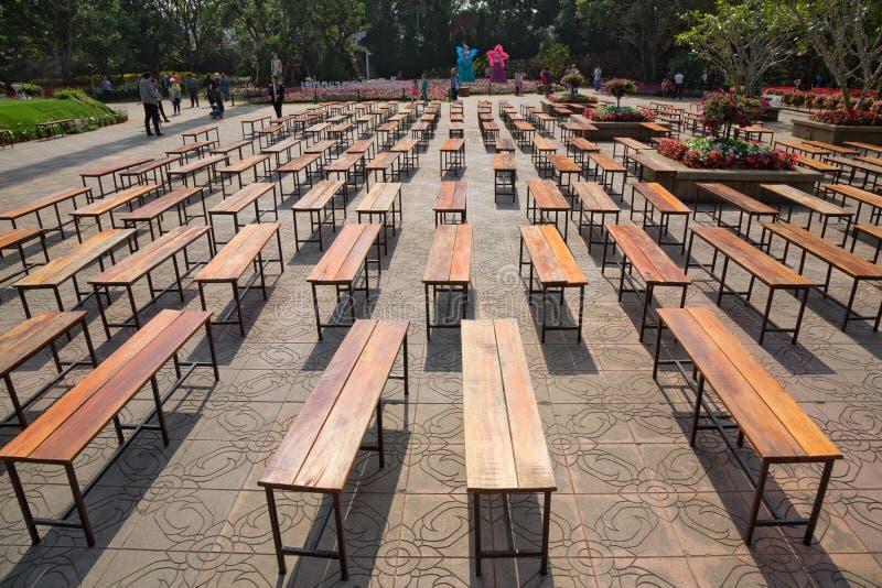 Silla del banco de madera para sentarse en el parque imagen de archivo