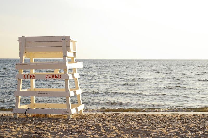 Silla del protector de vida en la playa abandonada imagen de archivo