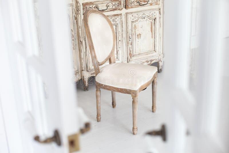 Silla del vintage con tapicería de la materia textil en un interior lujoso Foco suave imagen de archivo libre de regalías