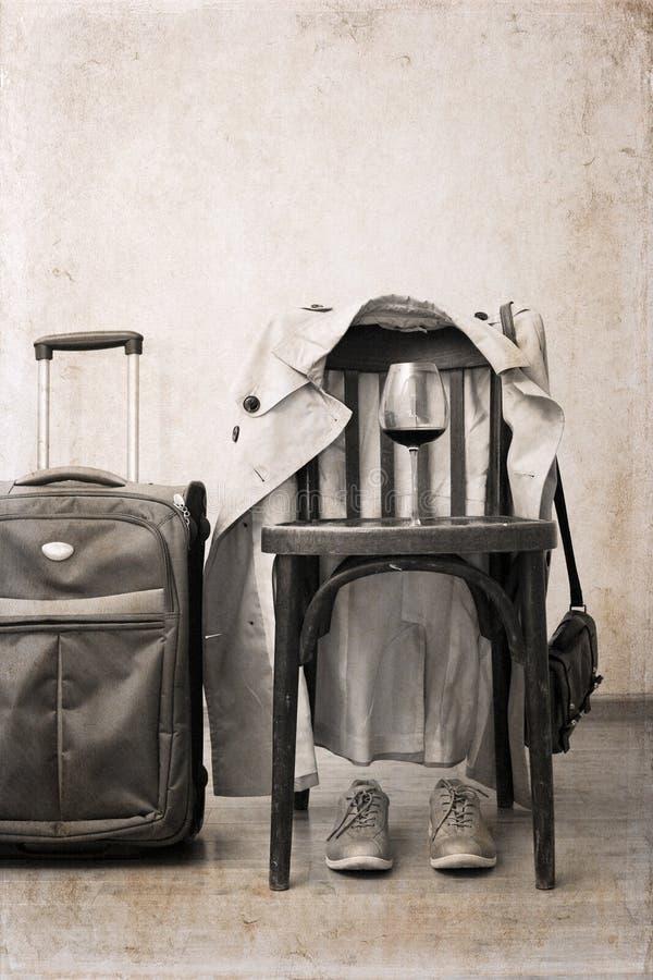 silla del vintage, foso clásico, zapatos del deporte, maleta, vidrio de vino fotografía de archivo