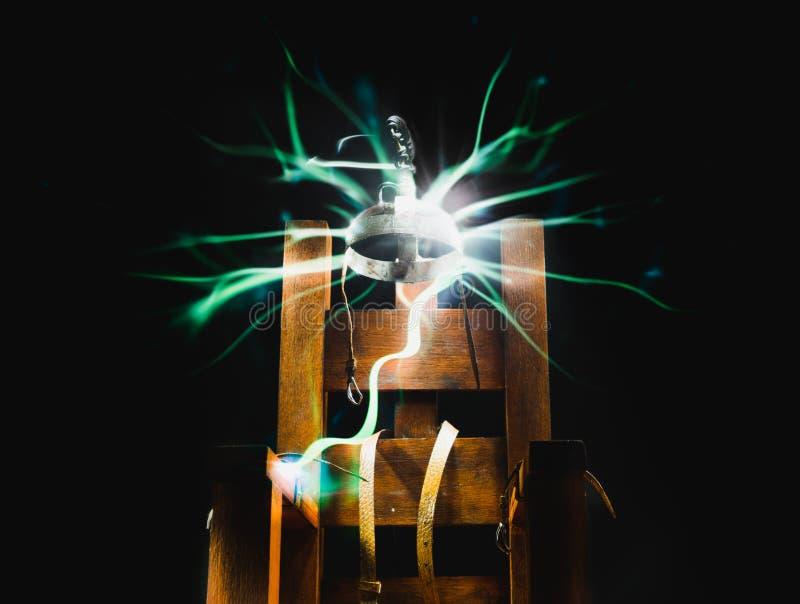 Silla eléctrica en un fondo oscuro fotos de archivo libres de regalías
