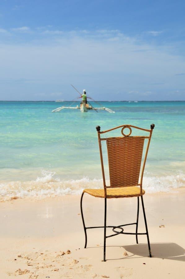 Silla en la playa blanca de la arena imagen de archivo
