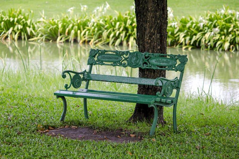 Silla en un parque debajo de un árbol imagen de archivo