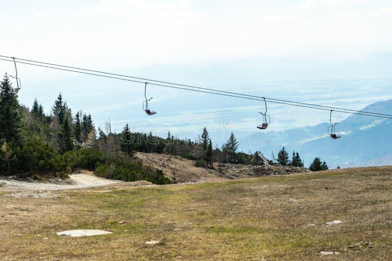 Silla escénica en naturaleza, silla del remonte de la elevación para alcanzar el top de la montaña imagen de archivo libre de regalías