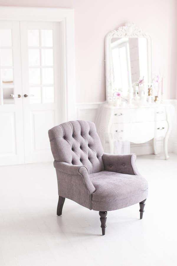 Silla gris del vintage en el interior lujoso de la sala de estar Foco suave imagenes de archivo