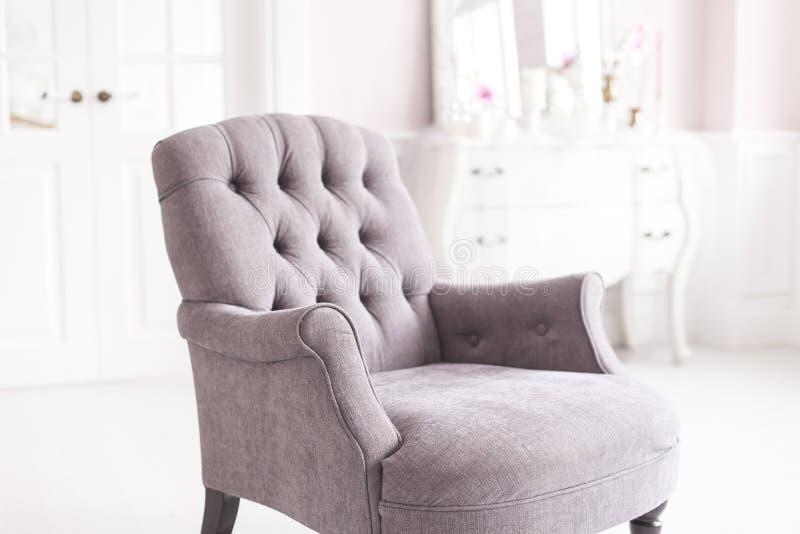 Silla gris del vintage en el interior lujoso de la sala de estar Foco suave fotografía de archivo