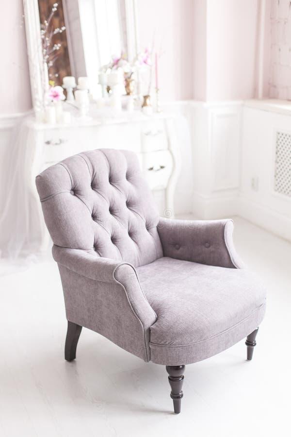 Silla gris del vintage en el interior lujoso de la sala de estar Foco suave imágenes de archivo libres de regalías