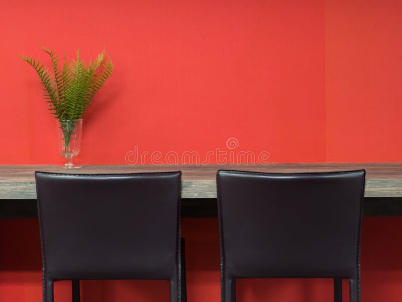 Silla marrón de cuero con la tabla de madera en espacio de funcionamiento del co imagen de archivo