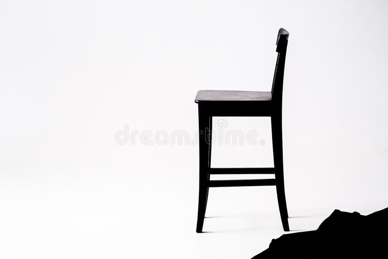 Silla negra en el fondo blanco, en el sitio blanco imagenes de archivo