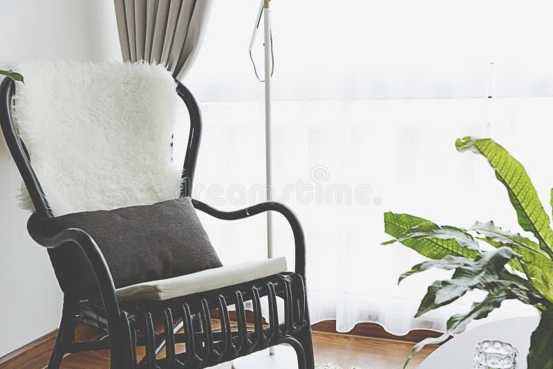 Silla negra por la ventana foto de archivo libre de regalías