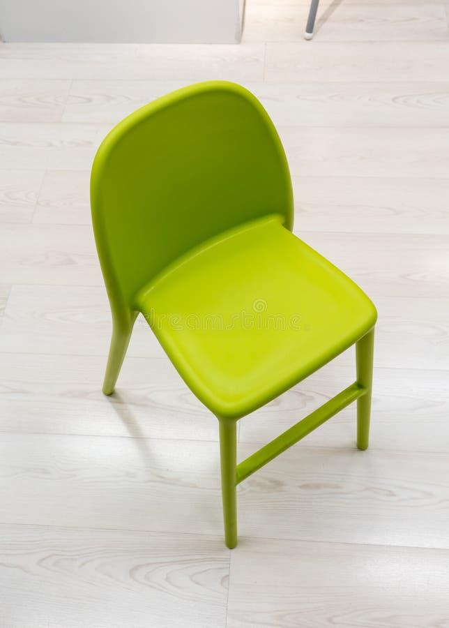 Silla plástica verde del diseño moderno imagen de archivo