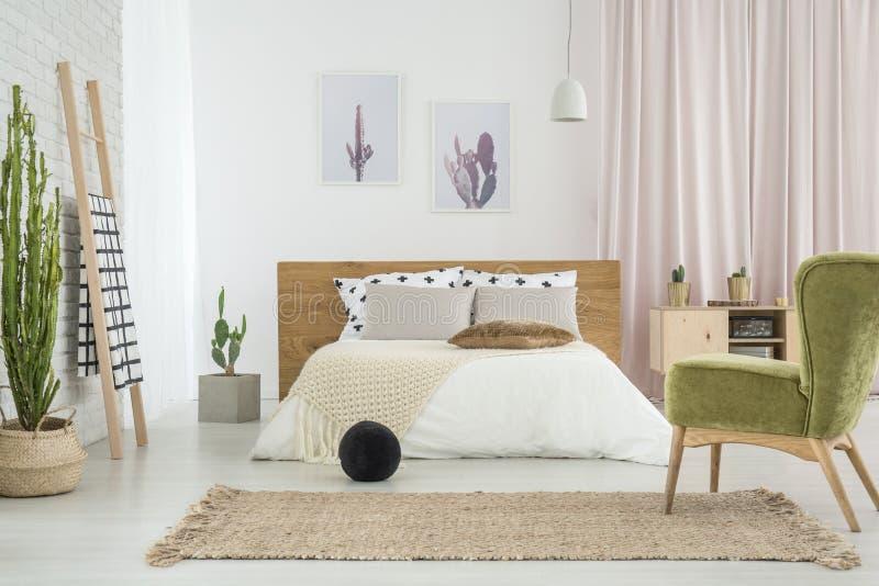 Silla retra verde en dormitorio imagen de archivo