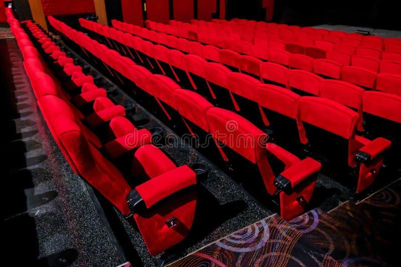 Silla roja vacía en el cine fotos de archivo