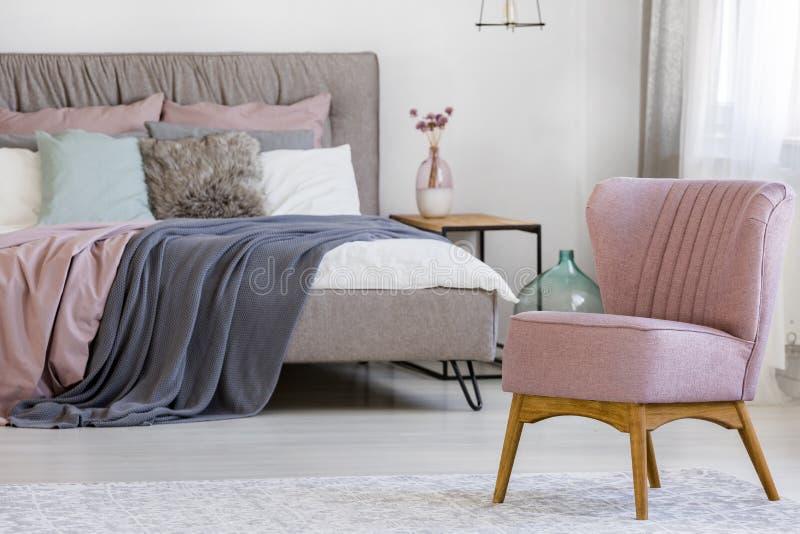 Silla rosada en dormitorio foto de archivo libre de regalías