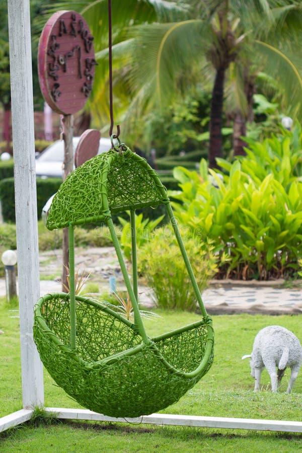 Silla verde de la ejecución en el jardín imágenes de archivo libres de regalías
