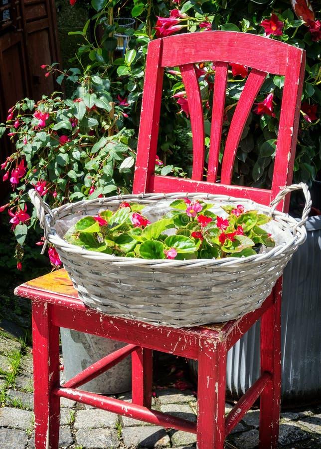Silla y flores viejas imagenes de archivo