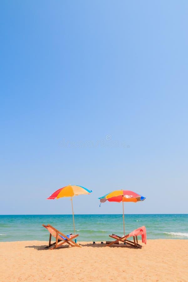 Silla y paraguas de playa fotos de archivo