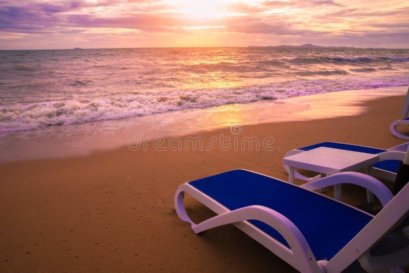 Silla y paraguas de playa en la playa hermosa imágenes de archivo libres de regalías