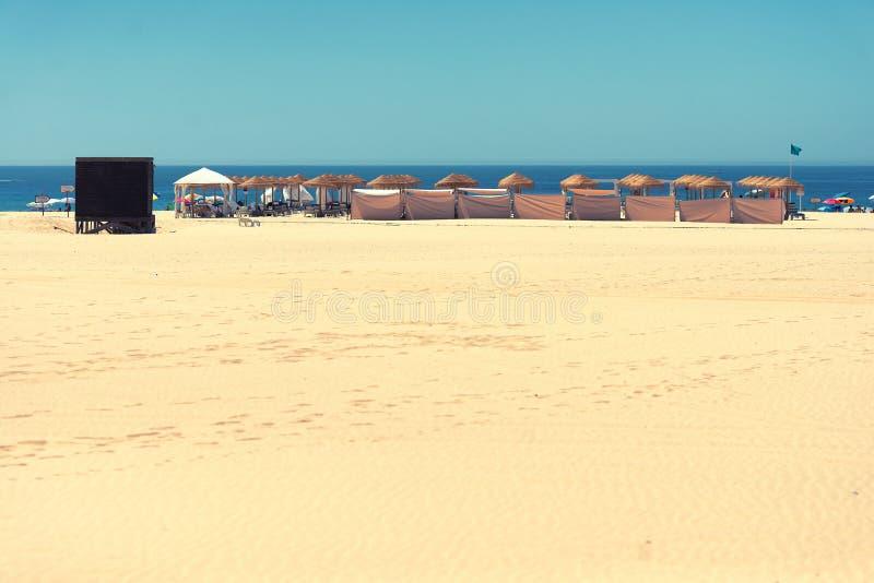 Silla y paraguas en una playa tropical hermosa fotografía de archivo