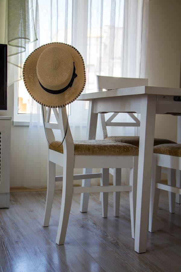 Silla y tabla blancas en el interior del cuarto imagen de archivo libre de regalías