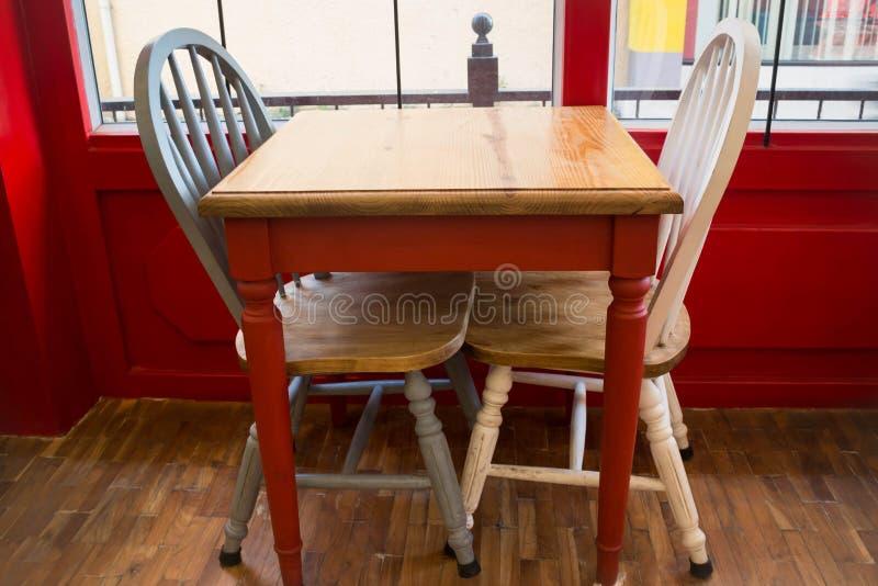 Silla y tabla de madera de la cocina del vintage foto de archivo libre de regalías