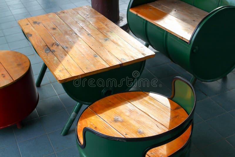 Silla y tabla hechas del tanque de madera y de aceite imagen de archivo libre de regalías