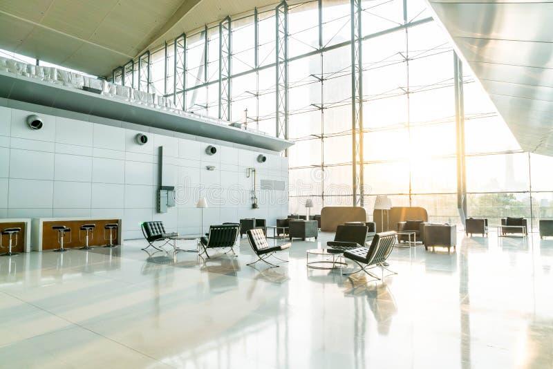 silla y tabla vacías en aeropuerto foto de archivo libre de regalías