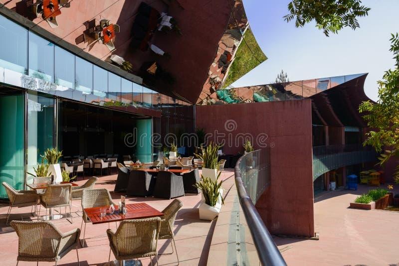 Silla Y Tablas En Terraza Del Edificio Moderno Con La Espejo