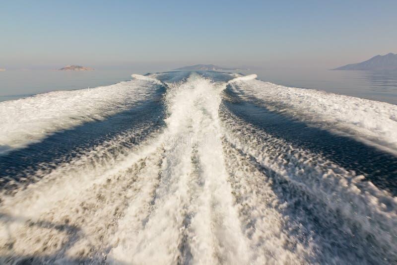 Sillage jumeau de bateau de vitesse de propulseur images stock