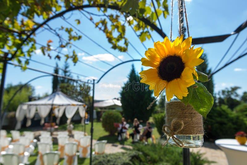 Sillas adornadas en una boda al aire libre foto de archivo libre de regalías