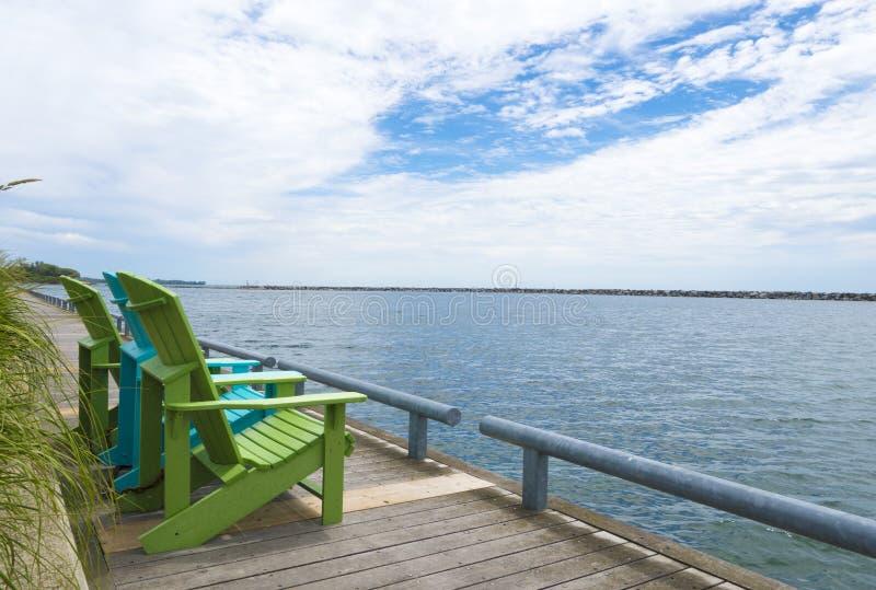 Sillas azules y verdes de la cabaña del muskoka por la costa de Toronto foto de archivo libre de regalías