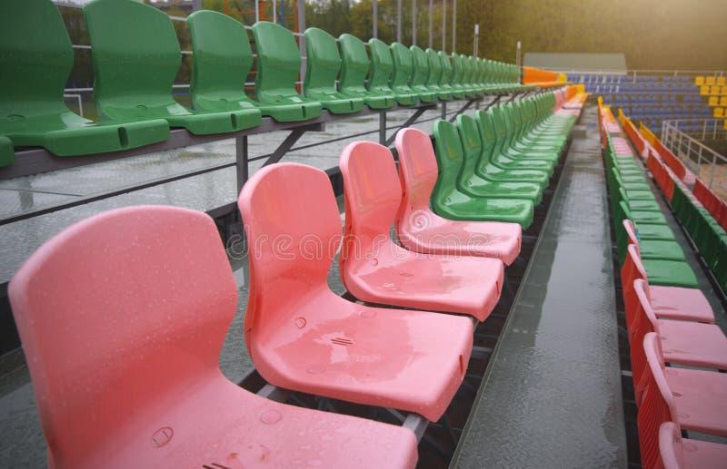 Sillas coloreadas vacías en el estadio imagen de archivo libre de regalías