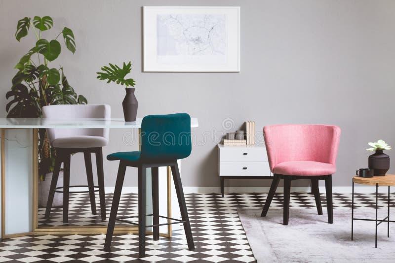 Sillas coloridas del terciopelo en la sala de estar gris de moda interior con la tabla de cristal imagen de archivo