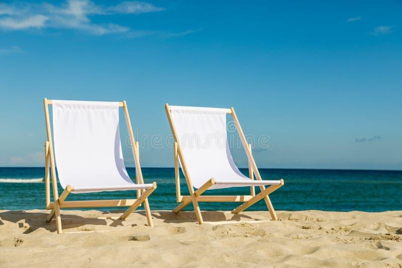 Sillas de cubierta en la playa fotografía de archivo libre de regalías
