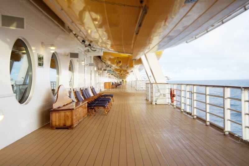 Sillas de cubierta en un barco de cruceros foto de archivo