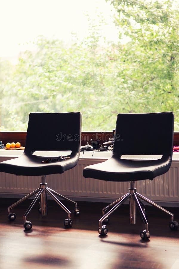 Sillas de cuero negras en oficina imagen de archivo