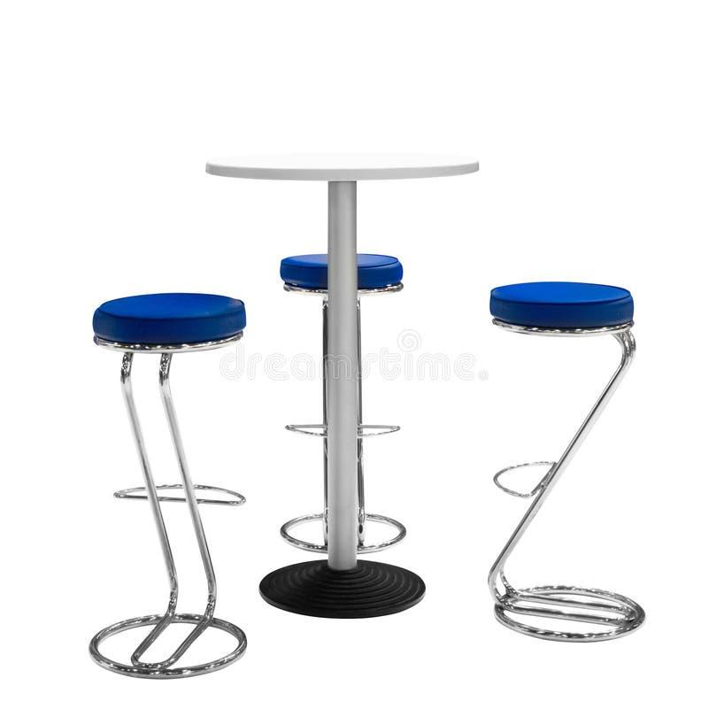 Sillas de la barra o de la oficina y mesa redonda aisladas en el fondo blanco imagen de archivo libre de regalías