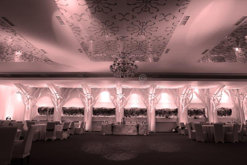 Sillas de la boda en un salón de baile del partido o del acontecimiento fotos de archivo libres de regalías
