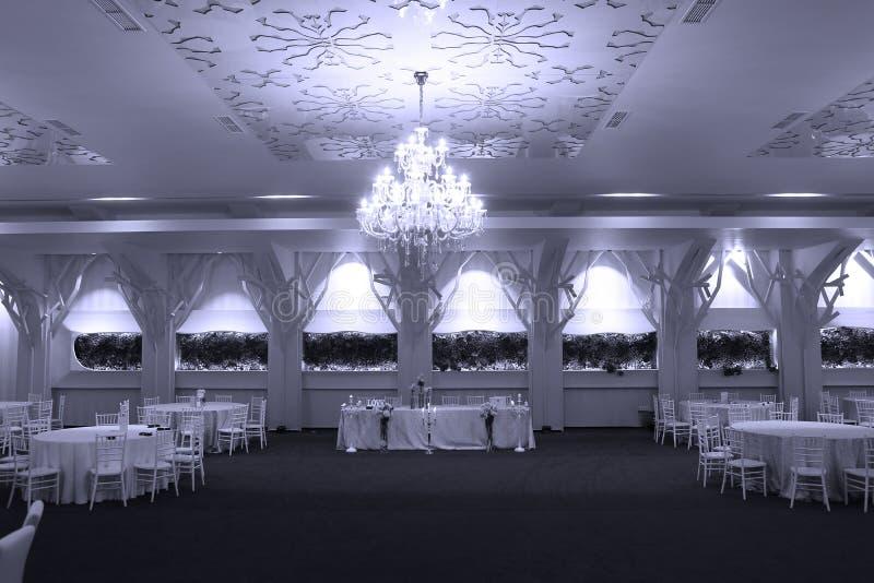 Sillas de la boda en un salón de baile del partido o del acontecimiento fotografía de archivo libre de regalías