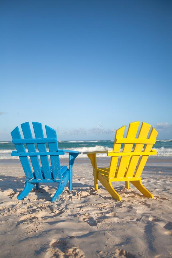 Sillas de madera de la playa para las vacaciones y el - Silla para la playa ...