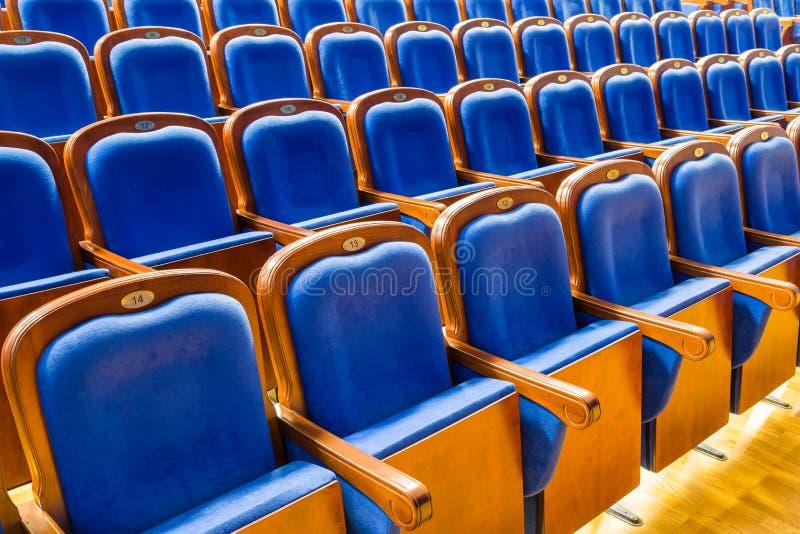 Sillas de madera del marrón azul en el auditorio Sin la gente foto de archivo libre de regalías