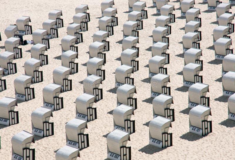 Sillas de playa en el mar Báltico, Alemania foto de archivo