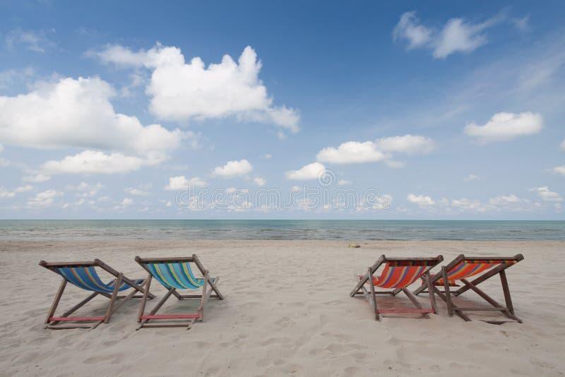 Download Sillas De Playa En La Playa Blanca De La Arena Imagen de archivo - Imagen de outdoor, isla: 64207029