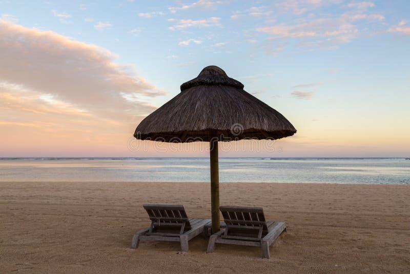 Sillas de playa en la puesta del sol Le Morne Mauritius fotografía de archivo libre de regalías