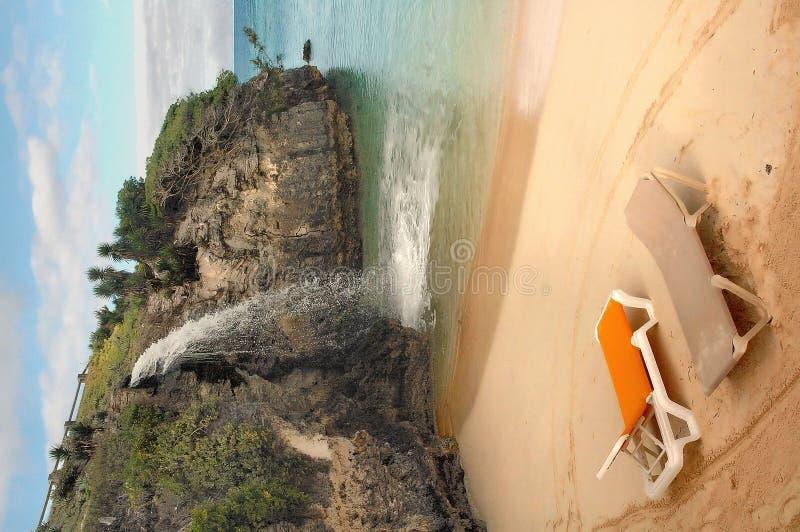 Sillas de playa por la cascada fotos de archivo libres de regalías