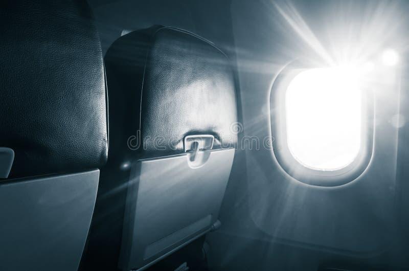 Sillas del jet con las tablas de plegamiento, porta que brilla intensamente imágenes de archivo libres de regalías