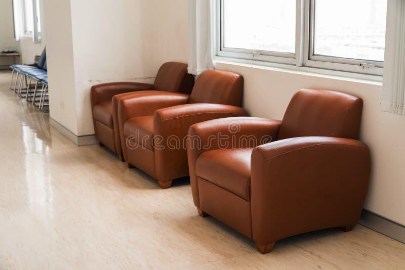 Sillas del sofá del cuero de Brown dentro del edificio foto de archivo