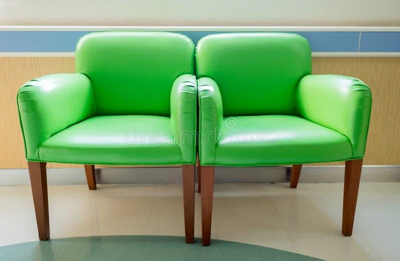 Sillas del verde de la sala de espera imagen de archivo